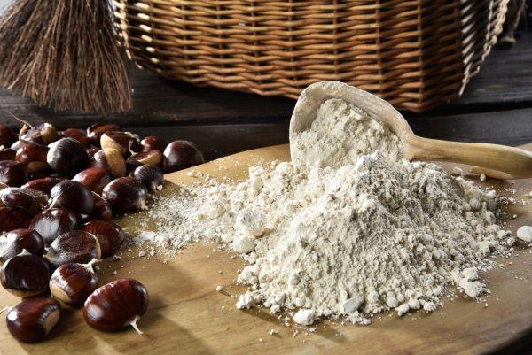 farina di castagna su tavolo da cucina